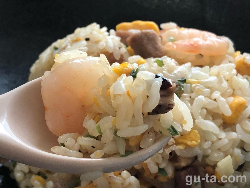 ぷりぷりの海老が丸ごと入った炒飯
